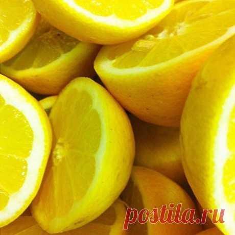 Удивительные замороженные лимоны  Поместить промытый лимон в морозильную камеру холодильника. После того, как лимон заморожен, возьмите терку, натрите весь лимон (не нужно чистить его) и посыпьте им ваши блюда.  Посыпайте им все овощные салаты, мороженое, супы, крупы, макароны, спагетти, рис, суши, блюда из рыбы.... Все продукты будут иметь приятный вкус, которого вы, возможно, никогда не пробовали раньше.  Теперь, когда вы узнали об этом секрете лимона, можете использоват...
