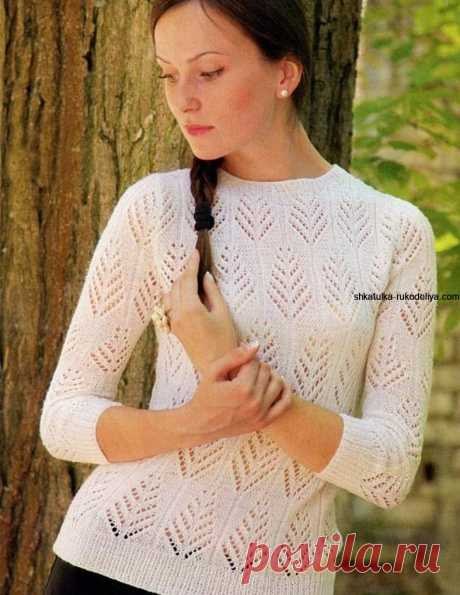 Белый ажурный пуловер спицами.