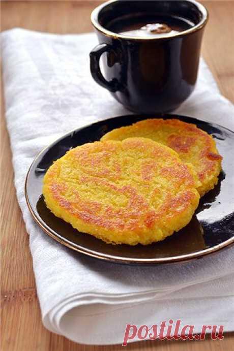 Мчади с сыром Такие лепешки готовят не только в Грузии, но и в Колумбии. Хотя, думаю, в любой стране, любящей кукурузу, есть что-то такое. Эти лепешки обычно делают без сыра. Или с сыром, но его вкладывают в горячую разрезанную лепешку. Тогда мчади можно есть как самостоятельное блюдо. Сами по себе лепешки…