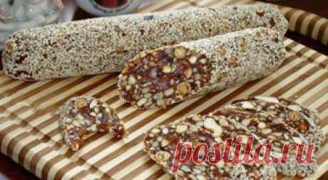 Финиковая колбаска Вкусный и полезный десерт из сухофруктов. В сочетании с орешками это лакомство очень подходит как для постного питания, так и тем, кто следит за своей фигурой.