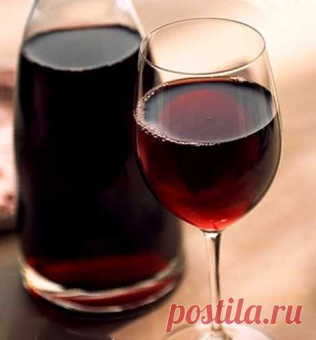 """Home-made """"Арония&quot liqueur; from a black-fruited mountain ash"""