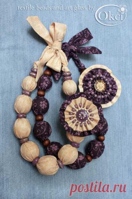 """Пара текстильных бус """"Десерт"""", завязываются небольшим бантиком на шее. Автор okci_designer. Бусы выполнены из американского текстиля для пэчворк. Бусины, обтянутые текстилем, разделяют бусины лэмпворк сиреневого цвета в стиле PANDORA (светлые бусы) и коричневые деревянные бусины (тёмные бусы). Украшают бусы симпатичные съёмные броши - текстильное """"пирожное"""" (авт.), которые можно легко снять и прикрепить как брошки к одежде или использовать в качестве заколок. https://okci-d..."""