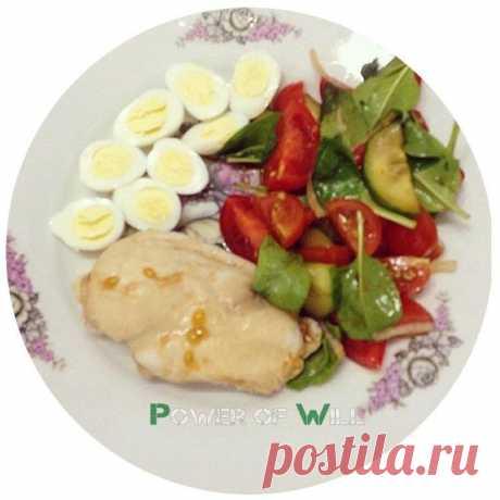ПП-обед: 6 вкуснейших и питательных идей  Ни для кого не секрет, что идеальный обед это сочетание белка, медленных углеводов и овощей. Именно такие варианты мы вам и подобрали.  1. Минтай +бурый рис + греческий салат + яйца 2. Куриная грудка + помидор + огурец + шпинат + лук + яйца + бурый рис 3. Куриное филе + брокколи + цветная капуста + помидор 4. Куриное филе + бурый рис + кабачок + помидор + огурец 5. Куриное филе в кляре + креветки + яйца + болгарский перец+ листья с...