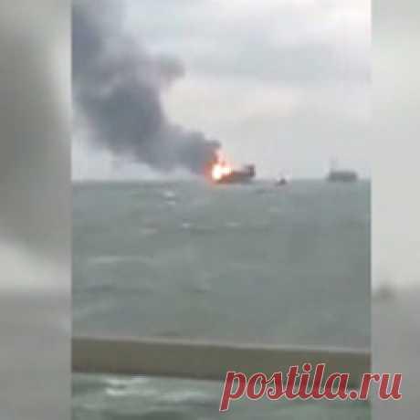 В сети появилось видео пожара на нефтяной платформе в Каспийском море (264): Яндекс.Новости