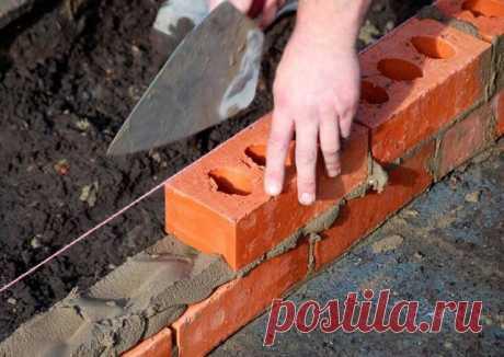 Кладка стен в один кирпич  Укладка кирпича не первый век считается ответственной строительной работой. Метод кладки в 1 кирпич доступен непрофессионалам. По скорости у опытных каменщиков, конечно, не выиграть, однако собственная аккуратность бесплатна. Здесь, как и в иных строительных случаях, актуально старое правило «дело мастера боится».  Особенности однорядной кладки  Дом из кирпича – это множество прочно связанных мелких деталей, создающих монолитное сооружение. Любой...