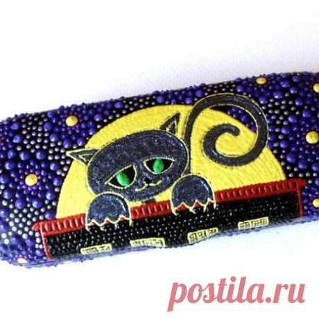Три фото - листай! Футляр для очков Черный кот Этот футляр виден даже ночью - у кота светятся в темноте глаза. #черныйкот #футлярдляочков #очешник #точечнаяроспись #ручнаяработа #рукоделие #хобби #хендмейд  #ирина_альба #handmade #красота #сделанослюбовью #иринаальба