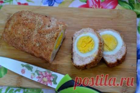 Мясной рулет  с яйцом   Наверное, каждая хозяйка хоть раз готовила мясной рулет в духовке, но вот с такой начинкой, уверена, мало кто пробовал. Здесь я расскажу, как приготовить мясной рулет из фарша с яйцом. Эта оригинальная закуска подойдет для любого праздничного стола, а также очень понравится детям.  Ингридиенты:  Фарш: 400 Грамм, Яйца: 2 Штуки, Соль, перец: По вкусу, Панировочные сухари: 2 Ст. ложки  Приготовление:  Подготовьте все ингредиенты, яйца отварите и очисти...