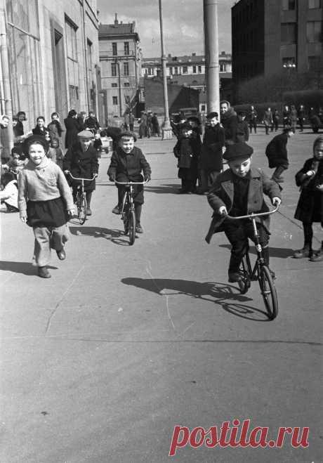 Москва 70х годов на снимках известного фотографа СССР Евзерихина. А какой нравится вам?   Ярмарки монет и антиквариата   Яндекс Дзен