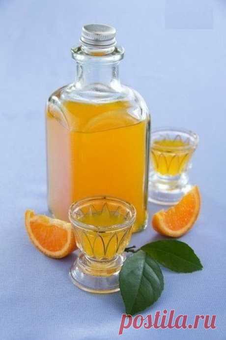 Вкусный мандариновый ликер. Вам потребуется:- 1,5 ст свежевыжатого сока из мандаринов (апельсинов),- цедра из двух апельсинов (!),- 150-200 мл водки,- 3/4 ст сахара (или больше),- 100 мл воды.Как готовить:1. Из апельсинов (именно апельсинов) аккуратно снять цедру, так чтоб не зацепить белую часть...