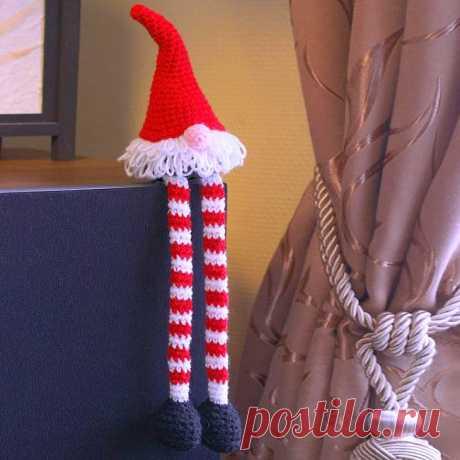 """Вязаный гном крючком. Описание Такой вязаный гном может стать отличным новогодним подарком, а также милым украшением интерьера, и елочной игрушкой, которая никогда не разобьется, и держателем для двери, и даже ... """"хранителем подарков"""". Образ гномика можно дополнить длинными свисающими ножками."""