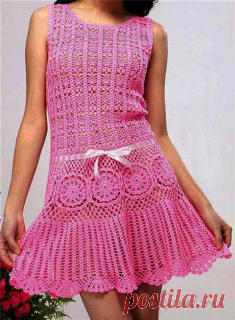 El vestido para la muchacha por el gancho