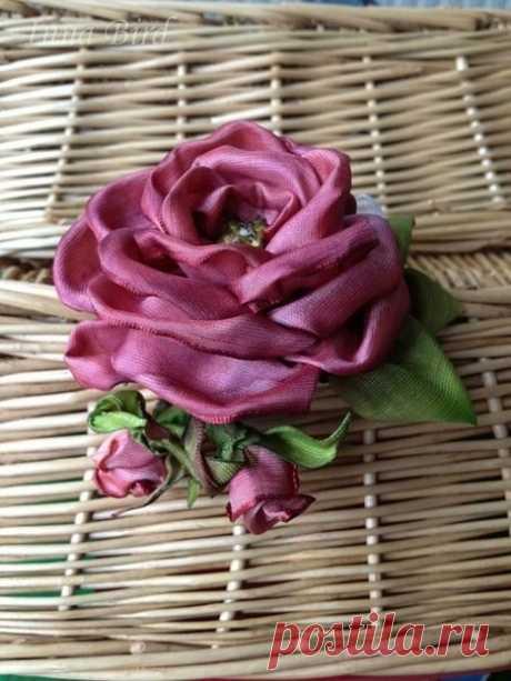 Роза-брошь из ленты: мастер-класс
