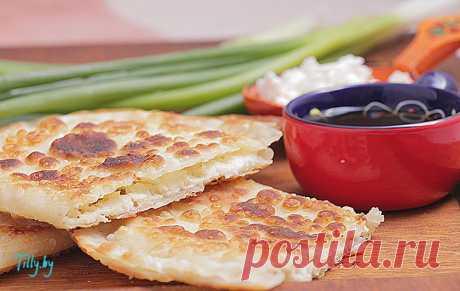 Тараклийские крастачки Я представлю рецепт Тараклийские крастачки или болгарские чебуреки с овечьей брынзой. Для Тараклийских крастачек используем только овечью брынзу которая дает особенный вкус
