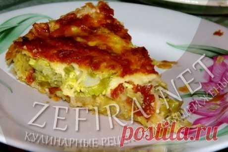 Луковый пирог с сыром на слоеном тесте.
