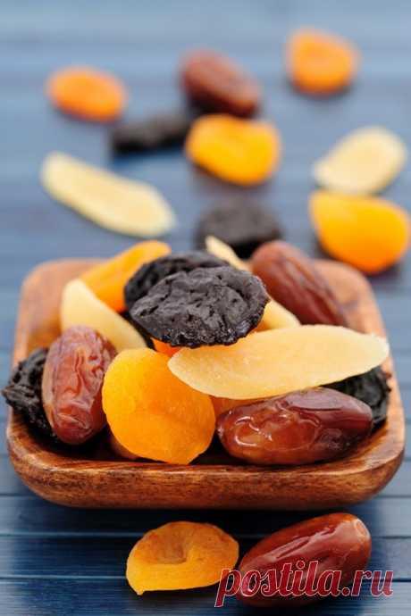 Три фрукта на ночь восстановят позвоночник и добавят сил Каждый вечер перед сном в течение 1,5 месяцев съедайте:В таком соотношении: 1 плод инжира (смоковницы) 5 сушеных абрикосов (кураги) 1 плод чернослива  Необходимые вещества не содержатся в каждом плоде в отдельности, а образуются при их смешении.