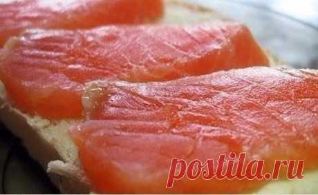 Красная рыба засоленная... в морозилке - необычный рецепт приготовления  Хотите удивить близких, сохраняйте в копилочку идей ! Приготовить тузлук (на 1-1.5 кг рыбы): на 1 литр воды 5 столовых ложек соли и 5 столовых ложек сахара. Соль и сахар берем без горки,но и не снима…