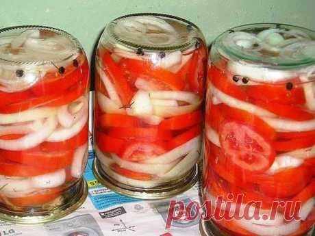 Закуска из помидоров с луком к шашлыку Отличная закуска из помидоров. Этот рецепт стоит взять на заметку! Закрываю так много лет - оболденная штука!То, что я так давно искала!Моя семья обожает эту закуску! Помидорку — в рот, а маринад — на мяско…Ингредиенты:Выход: 4,5-5 литров— 15 крупных помидоров,— 15 луковиц,— 2-3 головки чеснок