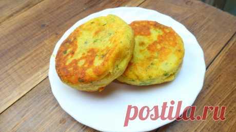 Картофельные лепешки с сыром https://www.youtube.com/watch?v=y4_aYsXrJ0c Ингредиенты:  картофельное пюре - 500 г. мука - 30 г. яйцо - 1 шт. чеснок - 1 зубчик куркума - 1/2 ч.л. сыр - 150 г. зелень соль перец панировочные сухари и…