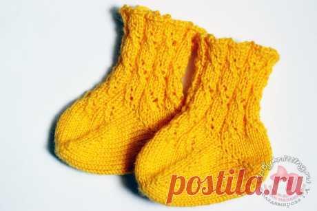 Носочки ажурные с пяткой бумеранг для новорожденного спицами.