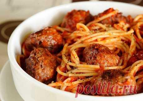 Готовлю каждые выходные — спагетти с мясными шариками в томатном соусе    Сытный ужин обеспечен!          Ингредиенты: Спагетти — 400 гФарш говяжий — 500 гЛук — 1 головкаЧеснок — ½ головкиПомидоры — 2 штукиПаста томатная — 2 чайные ложкиПерец черный молотый — 1 щепоткаСо…