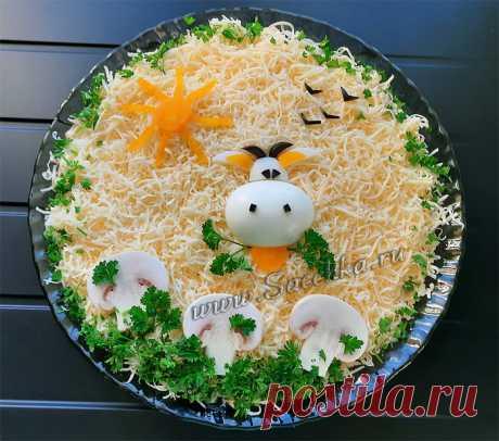 """Новогодний салат с """"коровой""""."""