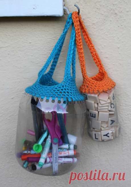 СУМОЧКА-КОРЗИНКА - Эфария Вот так просто можно сделать контейнер/сумочку-корзинку для всяких мелочей, используя пластиковые ёмкости и крючок в умелых руках. Для этого на краю подходящей ёмкости делаем дырочки (думаю, можно и дыроколом), а потом обвязываем крючком. Источник