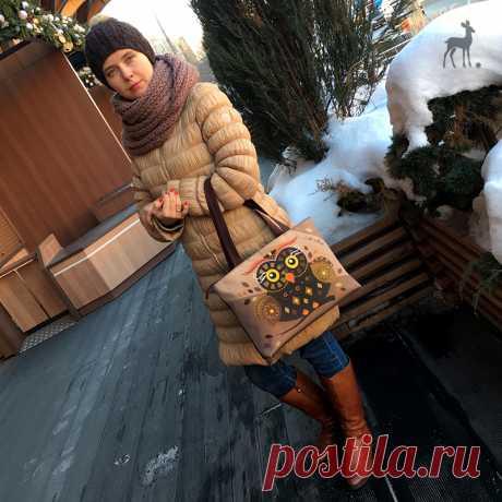 Любой девушке хочется немножко романтичности, пусть даже в повседневных образах! А как ее добиться снежной зимой, когда сам климат вынуждает одеться потеплее, спрятаться, согреться? #коричневаясумка #сованасумке #бежевый #декоративнаясумка #коричневаясова #желтыеглаза #декор #сумкавподарок #сумказаказать #новаясумка