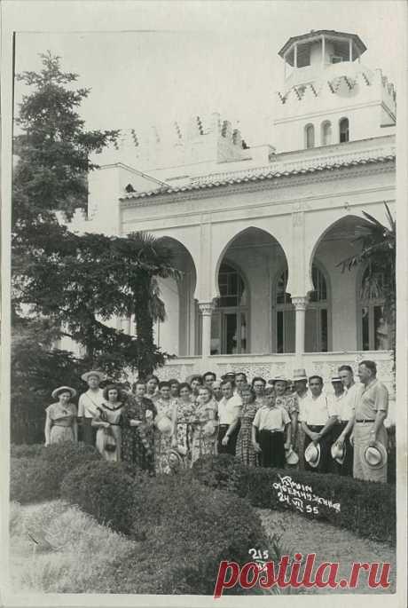 krym_zhemchuzhina_bolshaja_gruppa_otdykhajushchikh_1955_g.jpg (516×768)