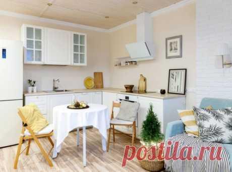 Маленькая угловая кухня-гостиная в скандинавском стиле с накладной раковиной, фасадами с выступающей филенкой, белыми фасадами, белой техникой.