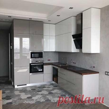 Угловая кухня со стыком плитки и ламината