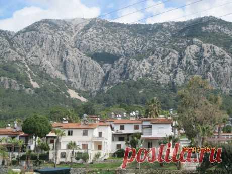 Горы окружающие местечко отдыха в Турции