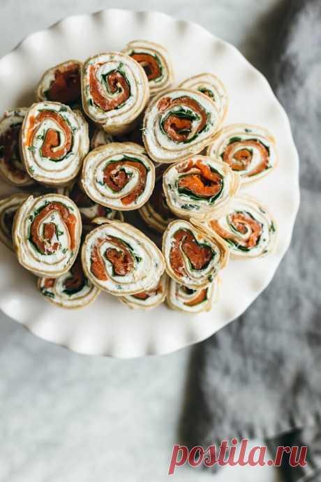 Роллы с красной рыбой, шпинатом и запеченным чесноком