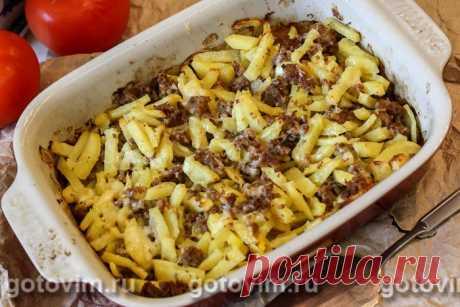 Картофель с фаршем в духовке. Рецепт с фото Мясо с картошкой можно приготовить разными способами. Предлагаю простой и очень удачный рецепт запеченного в духовке картофеля с мясным фаршем. Нарезанный брусочками картофель, пропекаясь одновременно с мясом, успевает напитаться мясным соком и покрыться аппетитной корочкой. За несколько минут до готовности можно посыпать картошку с мясом тертым сыром, чтобы на запеканке образовалась аппетитная сырная корочка.
