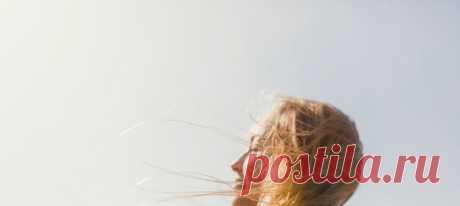 Высокие температуры, сухой воздух, ультрафиолет, соленая морская и хлорированная вода в бассейнах, городская пыль — летом волосы и кожа головы подвержены множеству стресс-факторов. Как провести лето и отдых на море без ущерба для красоты и здоровья локонов, рассказывает эксперт в области красоты Юлия Энхель. #красотаиздоровье #секретыкрасоты #секретыздоровья #правильныйуход