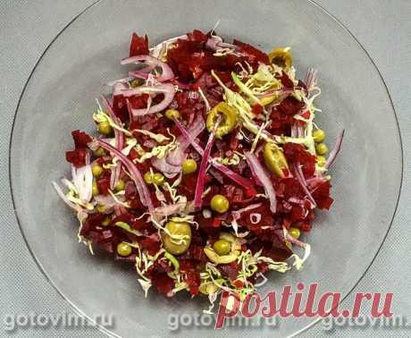 Овощной салат из свеклы с пекинской капустой и оливками. Рецепт с фото Рецепт легкого овощного салата из вареной или запеченной свеклы с тонко нарезанной пекинкой и солеными оливками. Добавление оливок в салат позволяет полностью исключить из рецепта соль. Для заправки можно взять немного винного уксуса или лимонный сок. Если хотите, то перед подачей салата капните ещё и ароматного растительного масла.