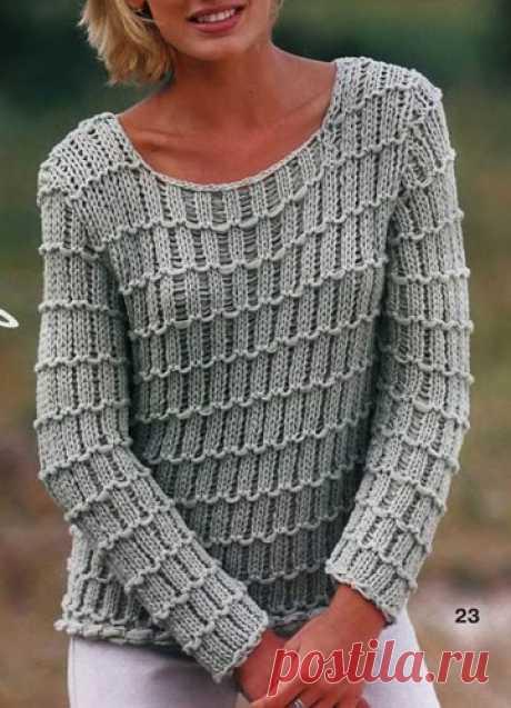 Пуловер с узором из снятых петель Вязаный спицами пуловер ажурными полосками из снятых петель. Описание