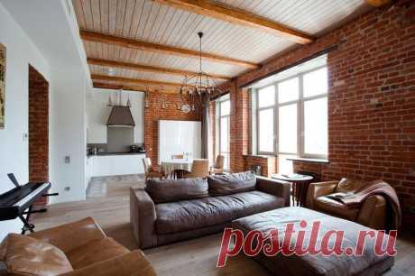 Лофт в московской «сталинке» Создать лофт можно не только в бывшем заводском помещении. Благодаря отделке стен кирпичом и наличию деревянных перекрытий, «сталинки» стали отличным пространством для воплощения этого стиля. Как расс...
