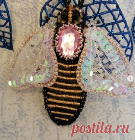 """Ольга Першина в Instagram: «Брошь """"Пчелка Жу-жа"""", кажется сейчас взмахнет своими прозрачными крылышками и улетит, ловите её, она не ужалит, но будет эффектно выглядеть…»"""