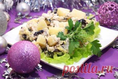 Салат с курицей и черносливом Этот нежный и вкусный салат с курицей, ананасами и черносливом станет желанным гостем на любом праздничном столе, а приготовить его довольно легко.