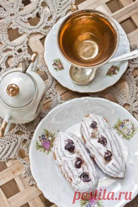 """Кофейные эклеры и подробно о тесте choux. Эклеры готовятся из одного из самых простых в приготовлении специфических видов теста – Шу (choux) или, как его называли в советском простонародье – заварное. Самым правильным названием этого теста будет французский вариант – """"pate a chaud"""" или """"hot pastry"""". Что в целом похоже на наш вариант названия))."""