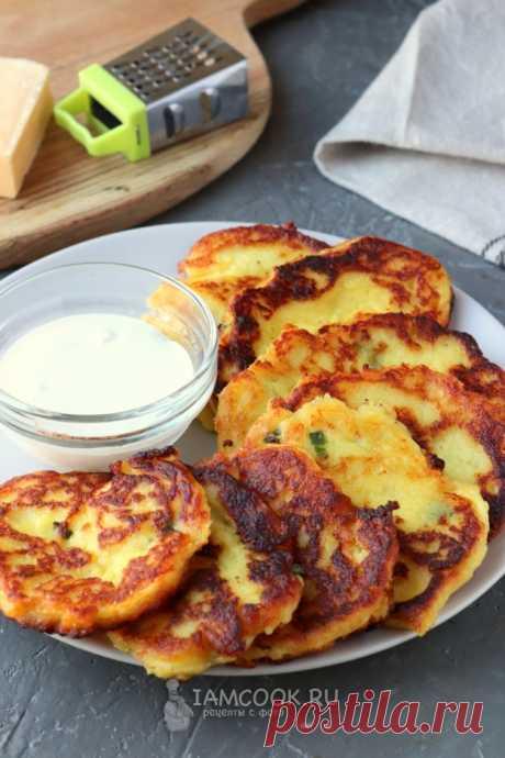 Оладьи из картофельного пюре с твёрдым сыром, обжаренные на сковороде.