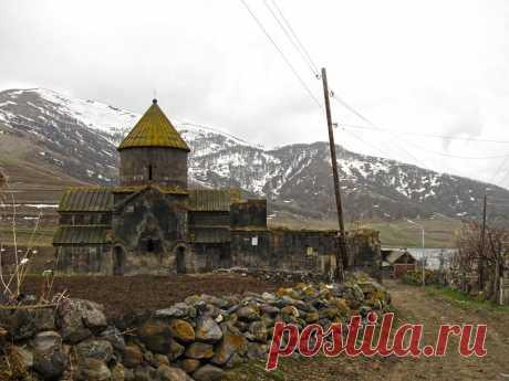 ԿԱԹՈՂԻԿԵ ՍԲ. ԱՍՏՎԱԾԱԾԻՆ  Կաթողիկե Սբ. Աստվածածին եկեղեցին (XIII դ.)՝ կանգուն հայկական եկեղեցի է Հայաստանի Արագածոտնի մարզի Եղիպատրուշ գյուղում։ Այն բավական ընդարձակ, դրսից քառակուսի, ներսից խաչաձև, չորս անկյուններում կրկնահարկ ավանդատներով գմբեթավոր կառույց է: Եկեղեցու ներսի պատերին եղել են որմնանկարներ:  1976 թ. կատարվել են միջնադարյան այս համալիրի վերականգման աշխատանքներ: Կաթողիկեի պատերը ամրացվել են, թափված քարերը վերաշարվել: Նորոգվել է եկեղեցու գմբեթը: