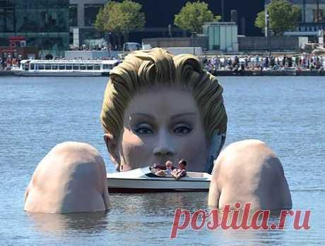 В Гамбурге установили гигантскую скульптуру купающейся блондинки