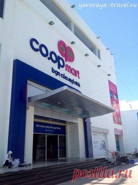 El centro Coop Mart económico comercial en Nyachange. | los Viajes con Irina Yarovoy