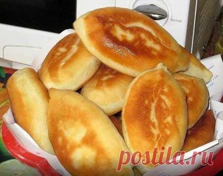 Пирожки с картошкой  0,5 литра кефира тёплого, 1 ч. ложка соды, 2 ч. ложки сахара, 1 ч. ложка соли, 3 стакана муки, 3 ст. ложки растительного масла.  Замесить тесто, поставить в холодильник на 1 час. Разделить тесто на шарики, раскатать или разлепить рукой на посыпанной мукой поверхности, в середину положить начинку, защипнуть, обжаривать на сковороде