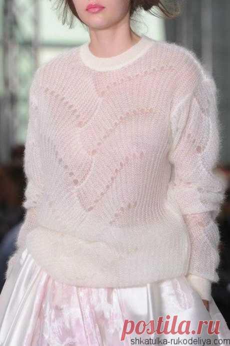 Пуловер от от Antonio Berardi Пуловер спицами от Antonio Berardi из тонкого мохера. Схема узора очень напоминает французский завиток или scroll. Летний пуловер с ажурным узором…
