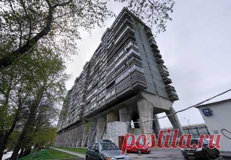 """Para correr ul, 34, Moscú - Todas las casas de Rusia\u000d\u000a\u000d\u000aEl nombre público: \""""la Casa-pulpo\"""" (\""""Casa-escolopendra\""""). El edificio es construido por el arquitecto merecido de Rusia de A.D.Meersonom y sus colegas en víspera de Olimpiady-80.\u000d\u000a\u000d\u000aTrece pisos yacen sobre los soportes esbeltos y potentes de hormigón armado. Su rasgo en lo que son estrechados a la razón así que dos personas pueden abrazar tranquilamente un soporte."""