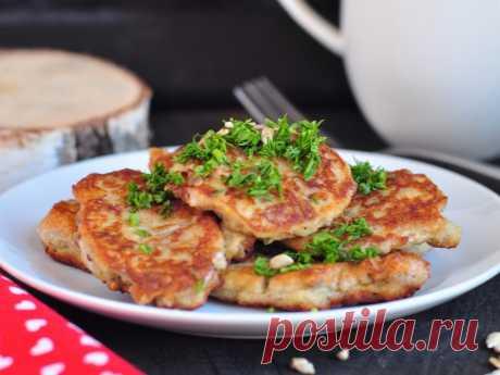 Картофельные оладьи с семечками Сегодня я к вам с необычным рецептом картофельных оладьев, казалось бы не сочетаемые продукты решили доказать, что они очень даже подходят друг другу. Если вам надоели обычные картофельные зразы - вам за этим рецептом.
