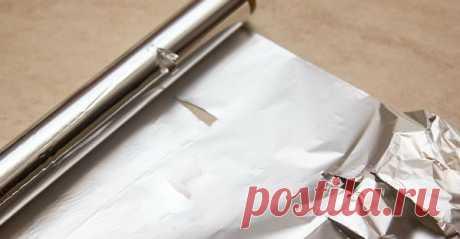 Она застелила фольгой гладильную доску, а потом Пищевая алюминиевая фольга— незаменимый помощник вхозяйстве. Для чего только еенеиспользуют: приготовление блюд вдуховке,упаковка продуктов,очистка кастрюль,заточка ножниц,устранение налета ссеребряных изделий…    Сегодня мыподелимся трюком,благодаря которому тысможешь утюжить одежду в3 …