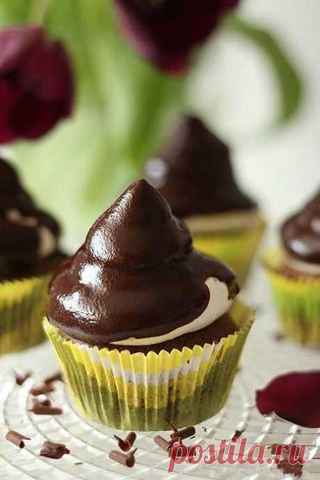 Шоколадные маффины с зефирным кремом